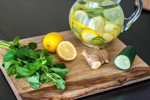 레몬, 생강과 오이로 만드는 디톡스 주스