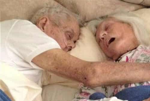 진정한 사랑: 한 침대에서 잠든 75년을 함께한 커플