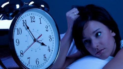 새벽에 깨는 것과 관련된 증상