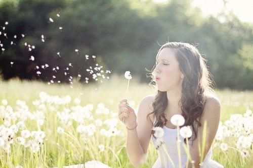 풀밭의 여성