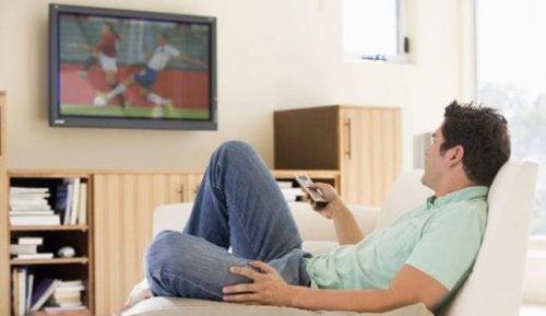 TV 앞에서 식사하는 습관의 위험성