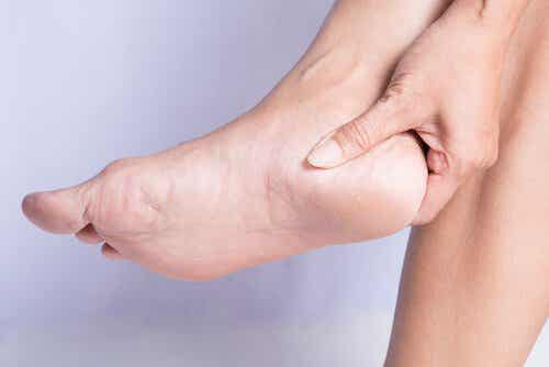 뒤꿈치 통증 증후군의 원인과 치료법