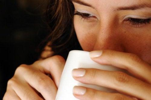 공복에 따뜻한 물을 마시면 좋은 7가지 이유