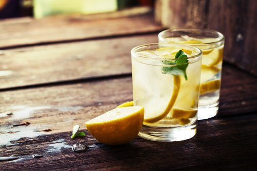 레몬수: 따뜻한 물과 레몬즙 효능
