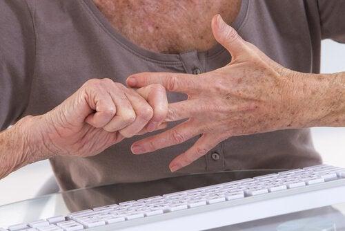관절염 증상을 류머티즘성 관절염