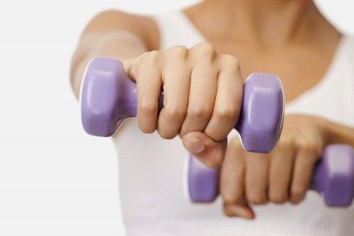 가슴 모양을 개선해주는 5가지 쉬운 운동
