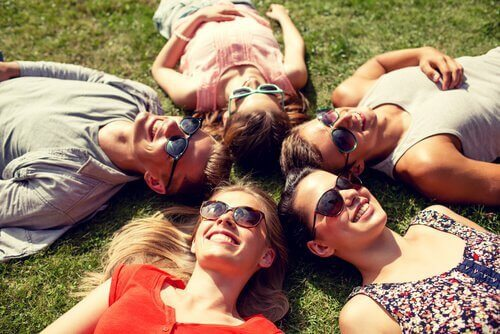 friends-laying-in-a-circle-on-the-grass