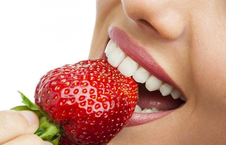 치아의 플라크를 제거하는 자연 요법 5가지