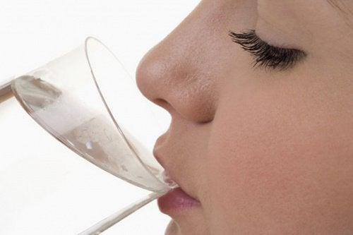 물을 충분히 마시지 않는다는 신호 8가지