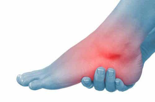 부은 발과 발목을 위한 6가지 자연 치료법