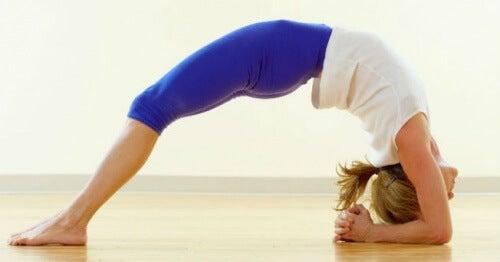 posturas-para-aliviar-la-ansiedad-y-el-estres-500x262