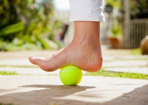 테니스공으로 족저근막 염증을 치료하기
