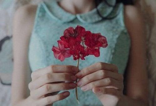mujer-con-flor-roja-500x342