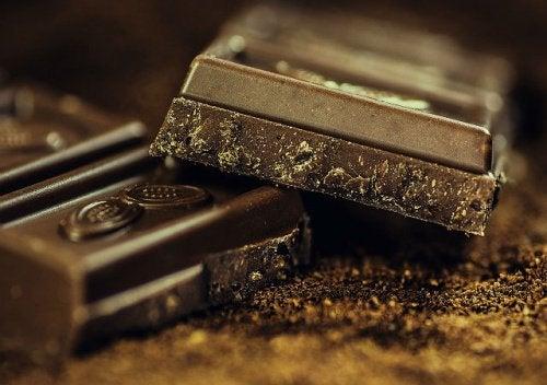 다크 초콜릿을 먹는 것의 이점