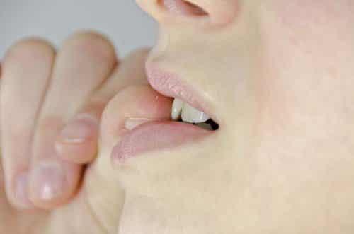 손톱을 물어뜯는 습관이 안 좋은 7가지 이유