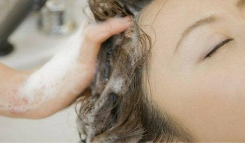 머리를 잘못된 방법으로 감고 있다는 것을 말해주는 습관