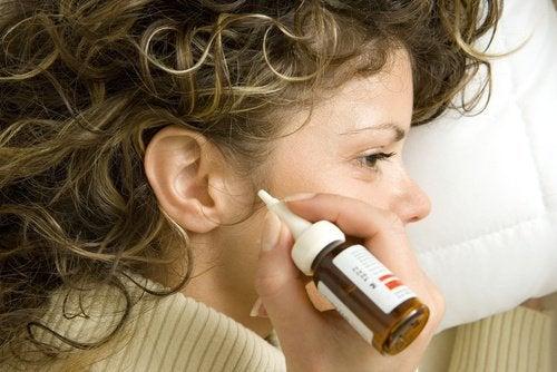 자연적으로 귀를 청소하는 방법 7가지