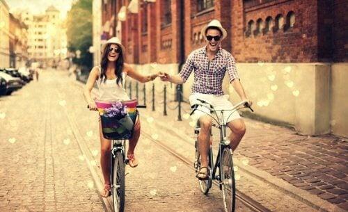 자전거를 타는 연인