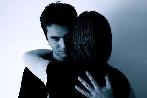 학대 가해자가 타인을 조종하는 7가지 방법