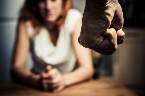 학대 가해자가 협박