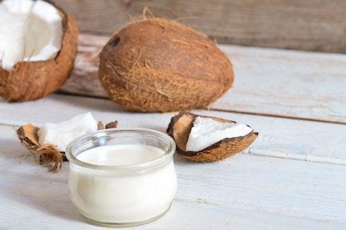 코코넛 오일로 흰머리와 탈모 예방하기