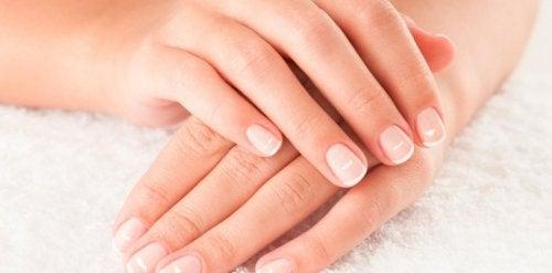손톱에 하얀 반점이 아연