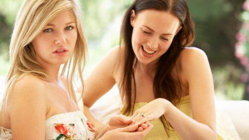 친구와 당신 사이의 질투, 시기, 경쟁심