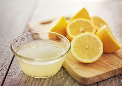 손목에 레몬 올려두기