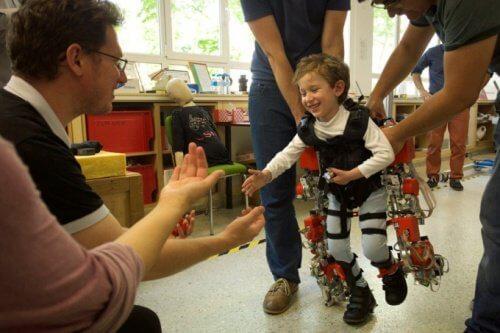하반신마비 어린이가 다시 걸을 수 있게 돕는 외골격