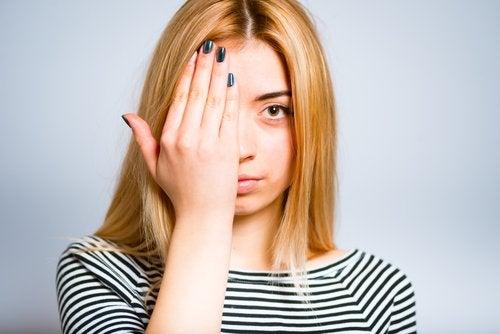 눈 밑 지방과 다크서클을 위한 10가지 홈치료제