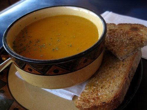 지방을 연소하는 데 도움이 되는 스프 3가지