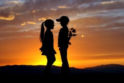 첫사랑을 절대 잊지 못하는 8가지 이유
