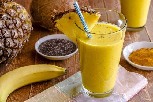 당신의 간을 정화하기 위한 맛있는 바나나 및 강황 스무디