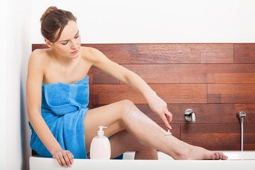화학 제품 대신 천연 셰이빙 크림으로 면도하는 방법