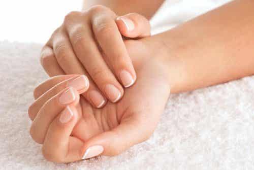 손톱으로 알 수 있는 8가지 건강 이상 신호
