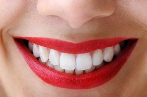 활성탄의 치아 미백