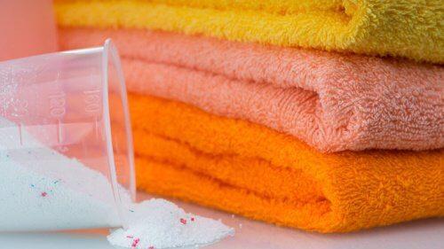 화학 제품을 사용하지 않고 수건을 표백하는 5가지 방법