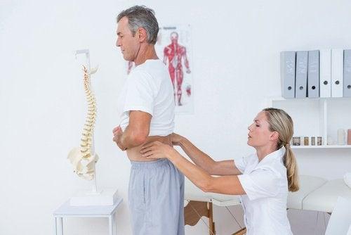 허리 통증 완화에 좋은 민간요법 10가지