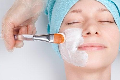 피부를 젊게 유지할 수 있는 9가지 자연 요법