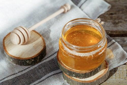 목이 따가울 때 꿀
