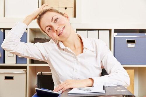 목 통증을 위한 운동 머리 위에 손 올리기