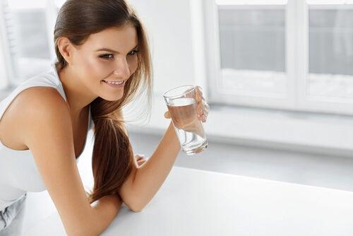 물을 들고 있는 여자