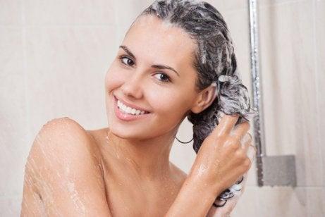 머리카락 염색약을 지우는 자연 요법 4가지