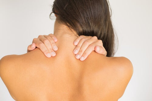 목 통증을 완화하는 쉬운 운동