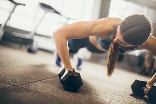 덤벨 푸쉬업 팔 근육을 강화하는 3가지 운동