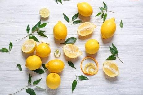 레몬 머리카락 염색약을 지우는 자연 요법 4가지
