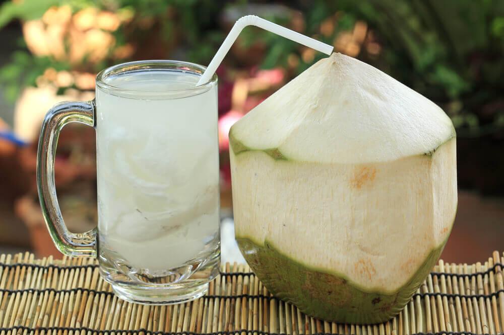 코코넛 워터와 레몬