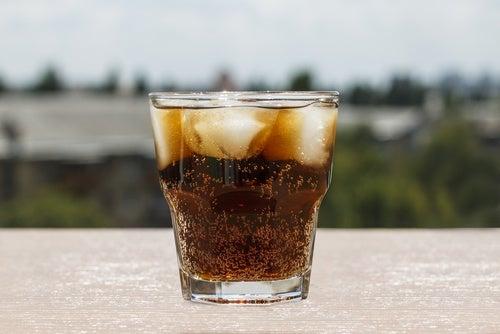 더러운 얼음 조각으로 음료수가 오염된다