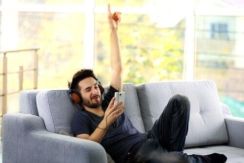 음악을 듣는 남자