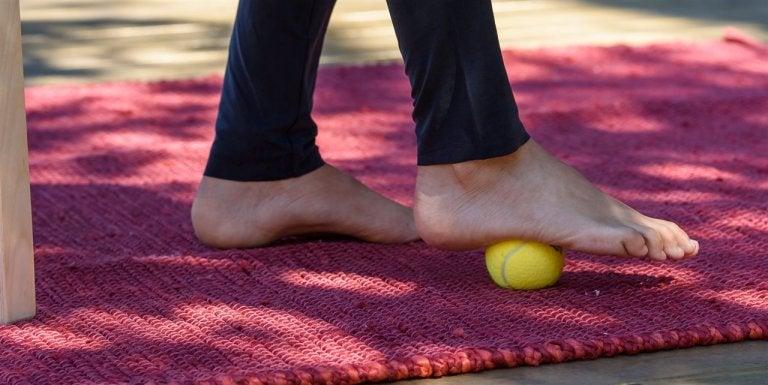 발바닥을 이용한 공 운동 발뒤꿈치 통증 증후군 치료를 위한 운동 5가지
